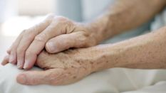 senior_couple_holding_hands